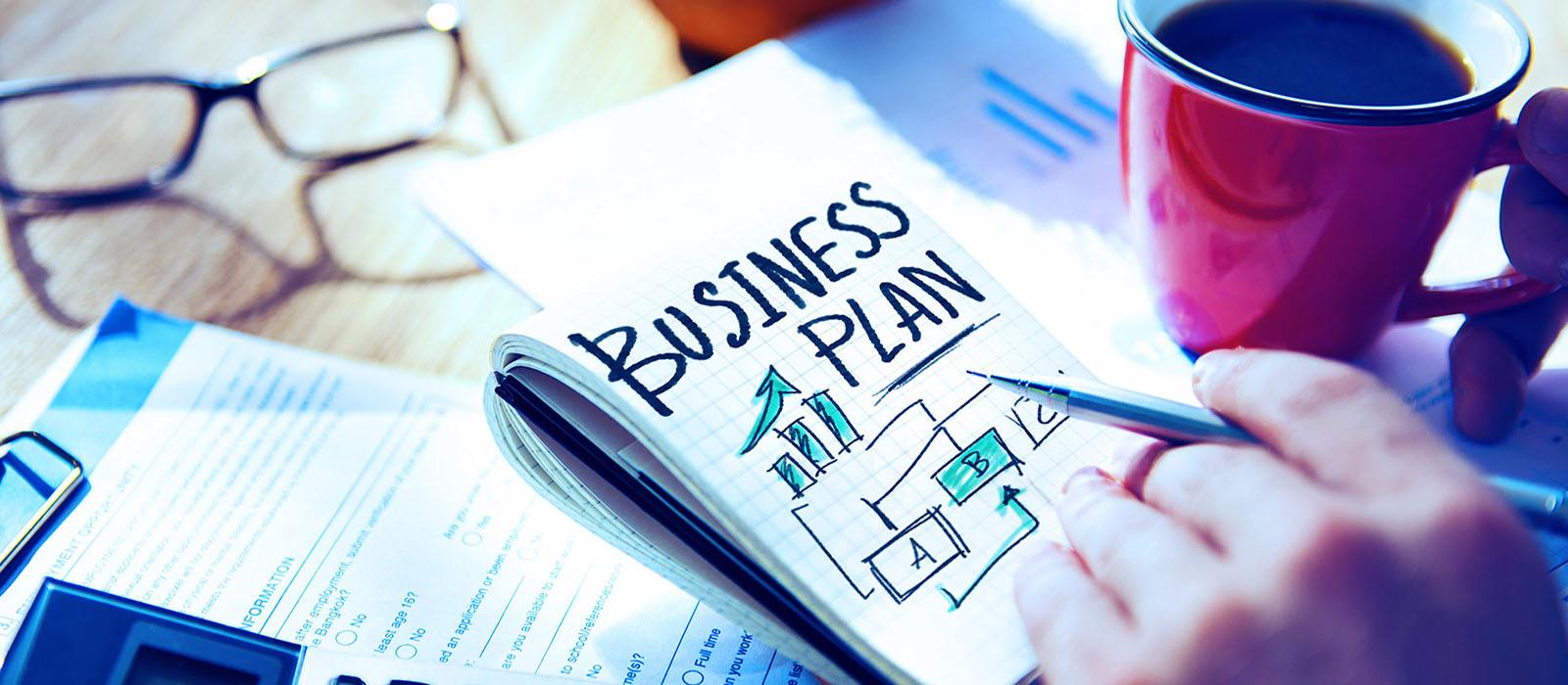 blocco-notes-su-scrivania-da-ufficio-con-business-plan